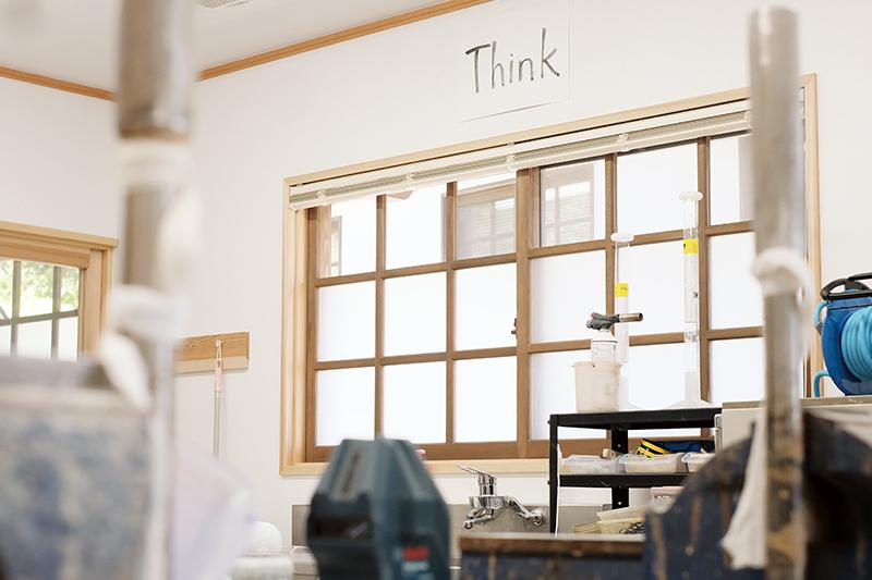 職場の壁に掲げてある、「Think」というモットー