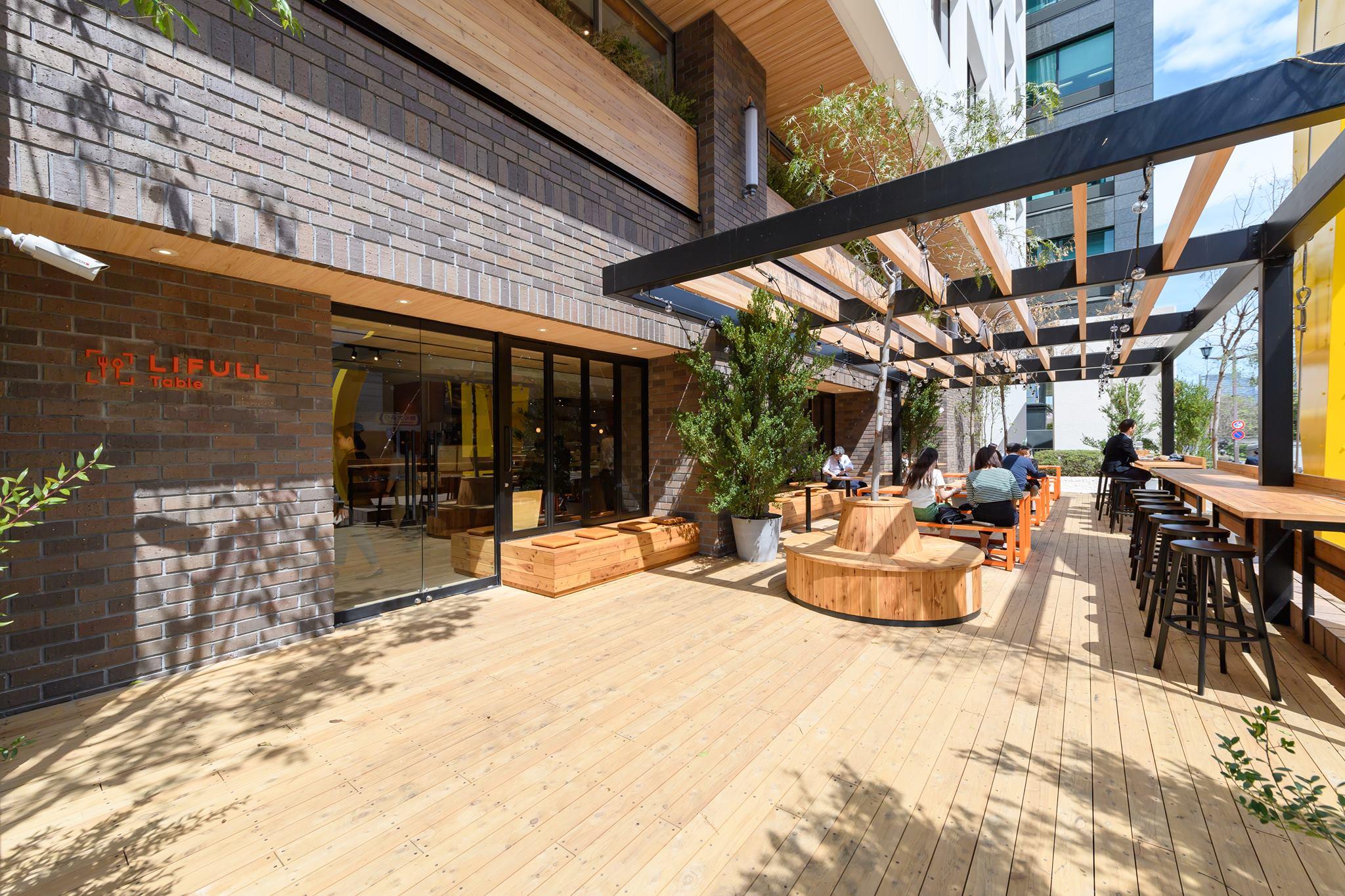 ビルの1階に社員食堂兼カフェが併設されている。